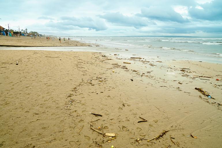 Travellers Insight Reiseblog nachhaltig reisen verschmutzter Strand Canggu Bali